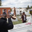AGUASCALIENTES, MEXICO - NOV 02: Unknown musicants on a cemetery — Stock Photo