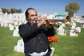 AGUASCALIENTES, MEXICO - NOV 01: Unknown musicant on a cemetery — Stock Photo