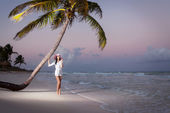 Woman at the beach on sunset — Stockfoto