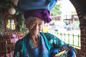 PANAJACHEL, GUATEMALA - APRIL 05: Old woman in ethnic traditiona — Stock Photo