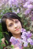 女性とライラックの花 — ストック写真