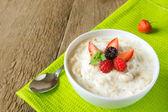 Oatmeal porridge with berries — Stock Photo