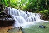 Vodopád v namtok samlan národní park, saraburi, thajsko — Stock fotografie