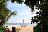 Beach with chairs, view from garden, Hua Hin, Thailand — Stock Photo