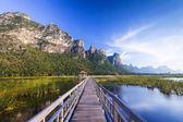 Puente de madera sobre un lago en el parque nacional de sam roi yod, prachuap — Foto de Stock