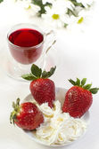 Strawberry with whipped cream with red tea — Foto de Stock