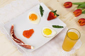 Scrambled eggs, bacon, strawberries and breakfast smile — Fotografia Stock