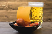 Beer, sausages, shrimp - appetizer Sailboat — Stock fotografie