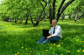 Men use the Internet in the summer on the nature — Stock fotografie