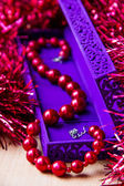 Red beads in lilac box — Stockfoto