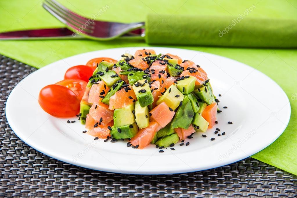 Салат с авокадо и красной рыбой с
