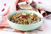 Et yahnisi domuz, sığır, sebze, soğan, havuç ve zucchin ile — Stok fotoğraf