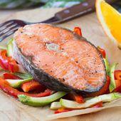 Steak red fish salmon on vegetables, zucchini, sweet pepper, ora — Stock Photo