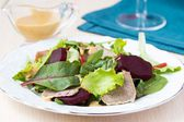 Fresh salad with lettuce leaves, boiled beef, beet, mustard sauc — Stock fotografie