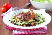 Вкусный салат с черной чечевицей, перепела жареные ножки, помидоры, — Стоковое фото