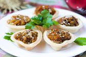 Eggplants canape with onion, carrots, sesame in tartlet — Zdjęcie stockowe