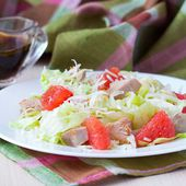 Delicious fresh salad with grapefruit, chicken, lettuce, cheese — Stock Photo