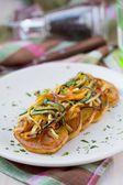 Smažené plátky brambor s holí jemně nakrájenou zeleninu, le — Stock fotografie