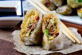 Asiatiques nems farcis quinoa, légumes, croustillant — Photo