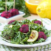 Fresh summer salad with arugula, zucchini, balls of beet — Stock Photo