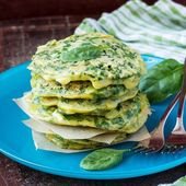 Green pancakes with herbs parsley, spinach, onions, delicious su — Stock Photo