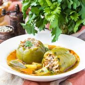 Soup with peppers stuffed meat and rice,  dolma shurpa, sorba — Stock Photo