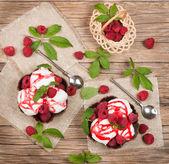 Вид сверху десерт с клубникой и мороженым — Стоковое фото