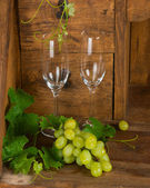 Bunch of grapes and wine glasses  — Stock Photo