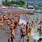 La playa, el mar, un montón de gente de vacaciones. el complejo, yalta, crimea, ucrania — Foto de Stock