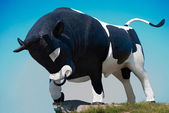 Monument bull manufacturer, as a symbol of successful breeding — Stock Photo