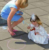May 9. Victory Day. Woman and girl with the St. George ribbon draw with chalk on asphalt — Stock Photo