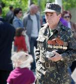 9 mei. dag van de overwinning. veteraan marcheren in uniform met medailles — Stockfoto