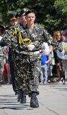 9 de mayo, día de la victoria. coldat en forma de marchar en la columna. — Foto de Stock