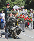 May 9, victory day, the soldiers hold flowers — Stock Photo