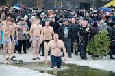 Christian religious festival Epiphany. People bathe in the river in winter . — Stock fotografie
