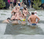Christian religious festival Epiphany. People bathe in the river in winter . — Foto Stock