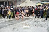 在冬季中,人在河里洗澡。基督教的宗教节日顿悟 — 图库照片