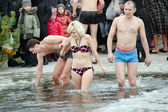 People bathe in the river in winter . Christian religious festival Epiphany — 图库照片