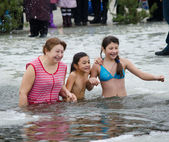 People bathe in the river in winter . Christian religious festival Epiphany — Foto Stock