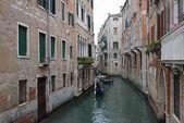 Pohled na kanál s gondolami v benátkách, itálie. — Stock fotografie