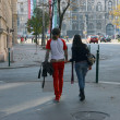 Young couple is walking near parliament in Budapest, Hungary. — Lizenzfreies Foto