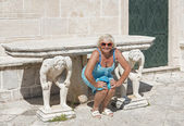 Woman posing for imitating the memorial sculptures. — Stock Photo
