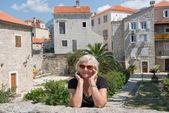 リゾートの背景高齢婦人の肖像. — ストック写真