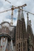The cranes over Sagrada Familia towers in Barcelona, Catalonia, — Stock Photo