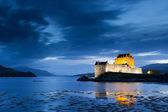 Eilean donan kasteel bij avondschemering, Schotland — Stockfoto