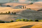 Zonsopgang in Toscaanse platteland in de buurt van pienza, Italië — Stockfoto