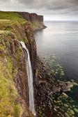 Kilt rock cascata, isola di skye, scozia, regno unito — Foto Stock