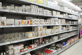Glass on shelves in hypermarket — Stockfoto