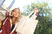 Menina adolescente fala sobre um móvel — Foto Stock