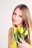 Rubia con tulipanes amarillos — Foto de Stock